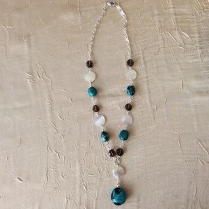 Nacre, Quartz fumé et Turquoise. Le collier mesure 51cm et le pendentif 6cm en plus. | 55 €