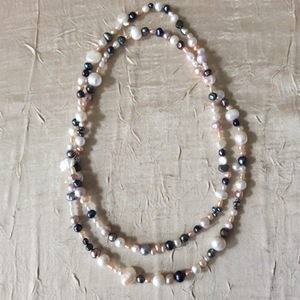 Perles de culture de couleurs naturelles   45 €