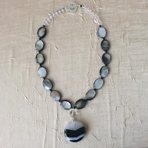 Nacre Onyx Cristal de roche Pendentif en agate   50 €